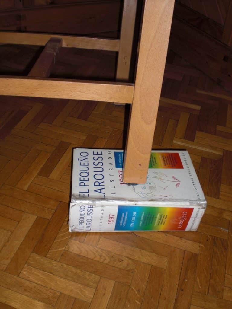 Papel debajo de mesa para evitar que cojee
