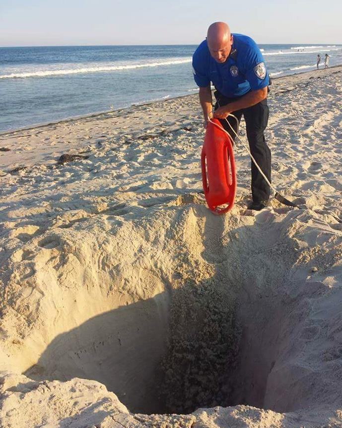 Hombre excavando en la playa