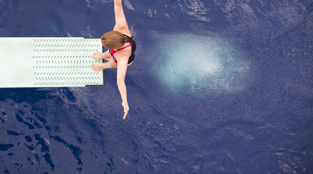 Burbujas que reducen la tensión superficial en piscina salto