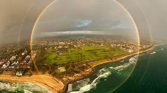 Arcoíris completo de forma circular desde un avión