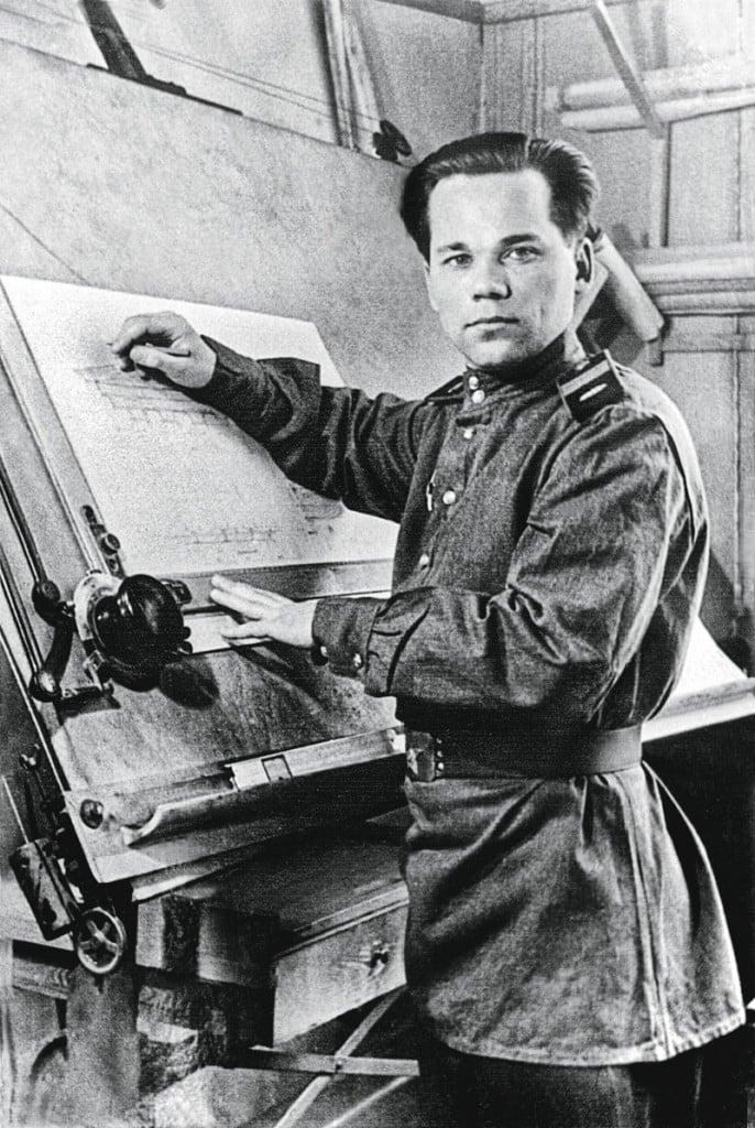 Mijail Kalashnikov joven en el taller