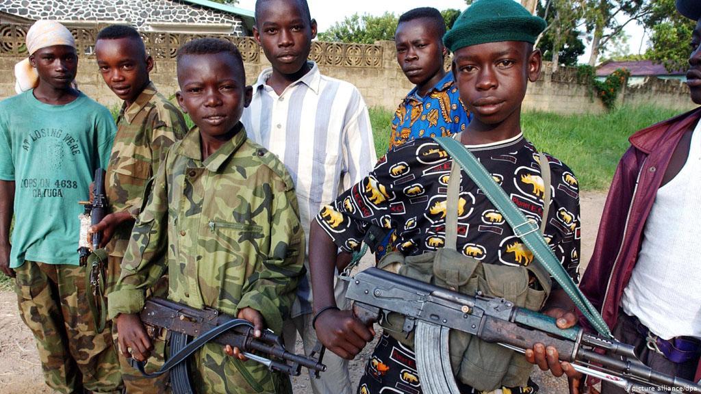 Niños soldado portando varias AK-47