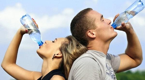 Jóvenes bebiendo agua