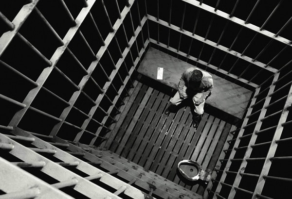 Foto hombre en la cárcel
